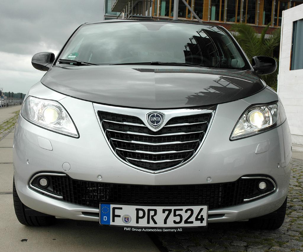 Lancia Ypsilon: Blick auf die eher wuchtige Frontpartie des Kleinwagens.
