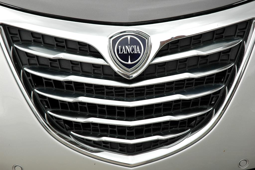 Lancia Ypsilon: Das Markenlogo ragt vorn in den Kühlergrill hinein.