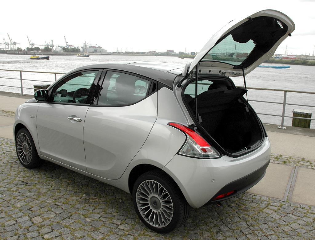 Lancia Ypsilon: Ins Gepäckabteil passen jetzt immerhin 245 Liter hinein.