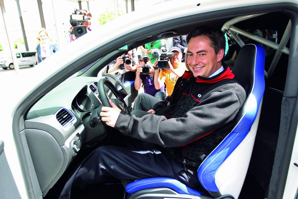 Ministerpräsident David McAllister am Steuer des VW Golf GTI Reifnitz vor.