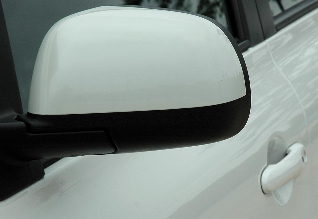 Nissan Micra DIG-S: Blick auf den Außenspiegel auf der Fahrerseite.