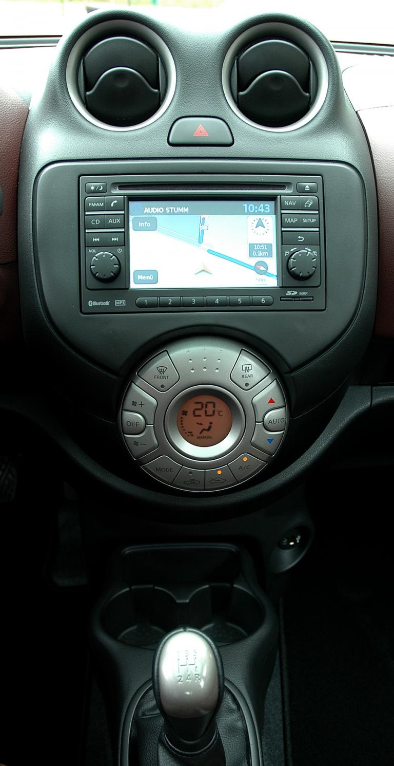 Nissan Micra DIG-S: Blick auf den mittleren Armaturenträger.