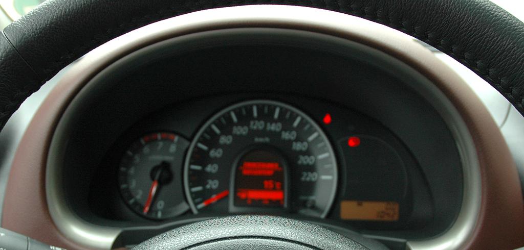 Nissan Micra DIG-S: Blick durch den Lenkradkranz auf die Rundinstrumentierung.