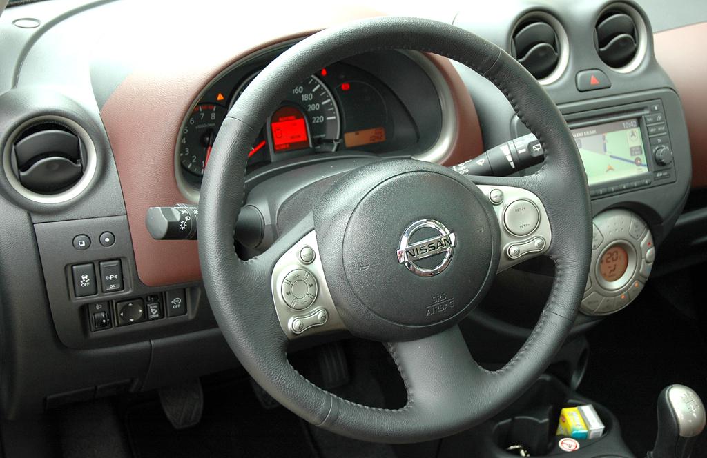 Nissan Micra DIG-S: Blick ins recht übersichtlich gestaltete Cockpit.