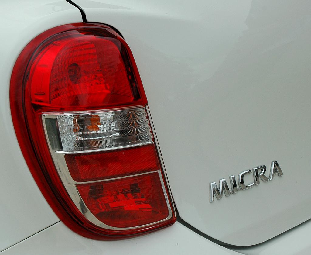 Nissan Micra DIG-S: Moderne Leuchteinheit hinten mit Modellschriftzug.