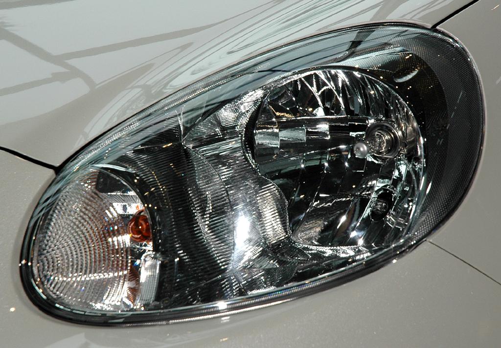 Nissan Micra DIG-S: Moderne Leuchteinheit vorn.