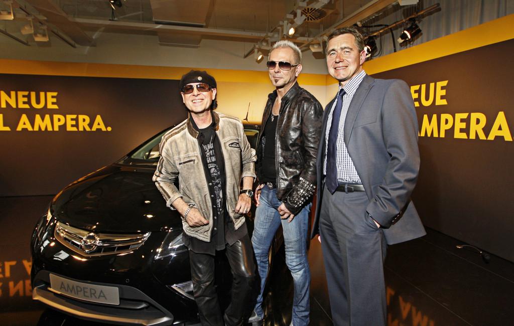 Opel-Chef Karl-Friedrich Stracke präsentierte im Vorfeld den beiden Scorpions-Bandmitgliedern Klaus Meine (links) und Rudolf Schenker das neue Elektrofahrzeug Opel Ampera.