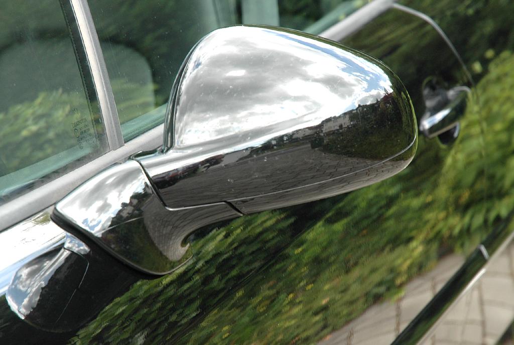 Peugeot 407 Coupé: Blick auf den Außenspiegel an der Fahrerseite.