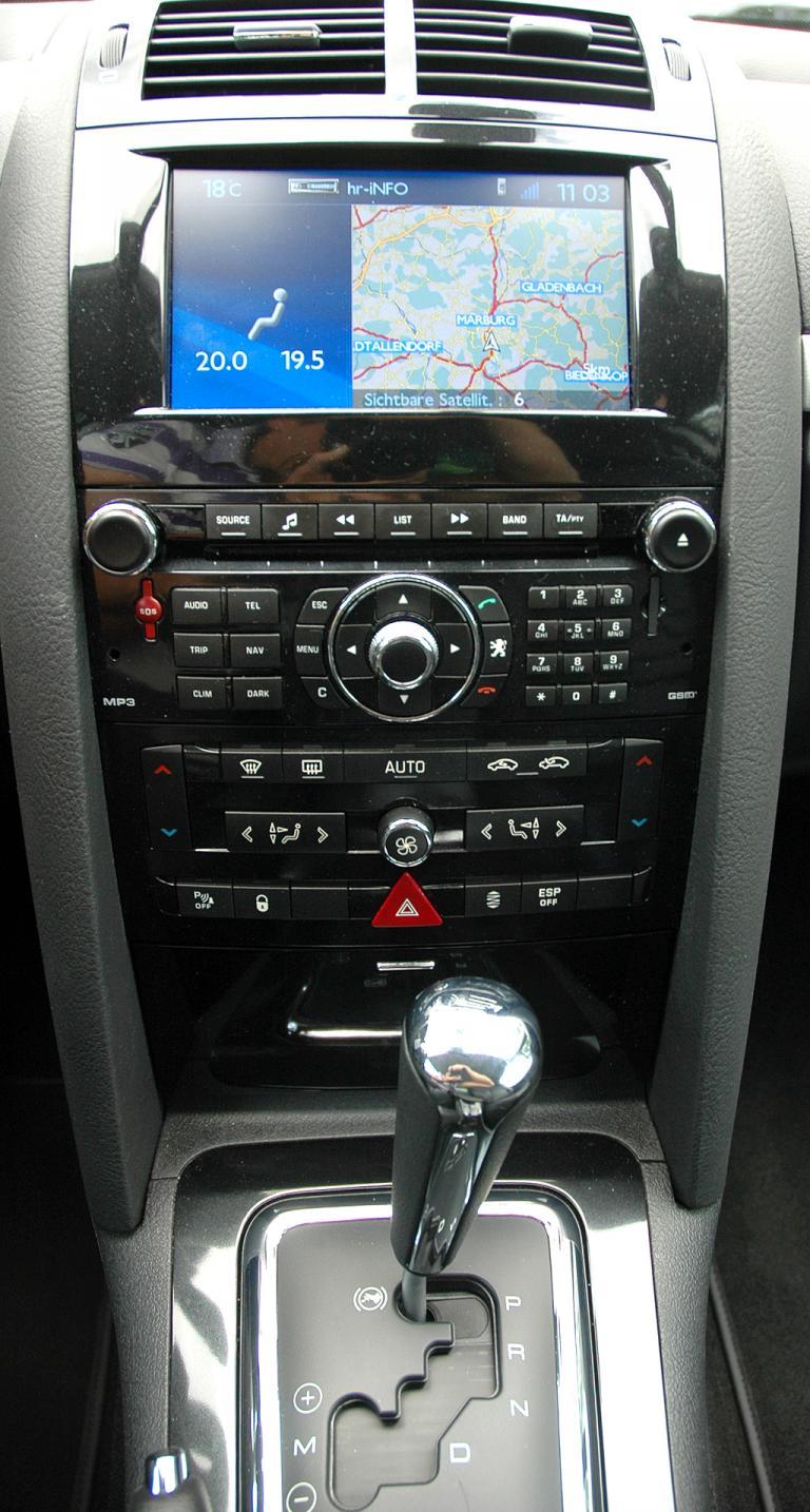Peugeot 407 Coupé: Blick auf den mittleren Armaturenträger mit dem Getriebewählhebel vorn.