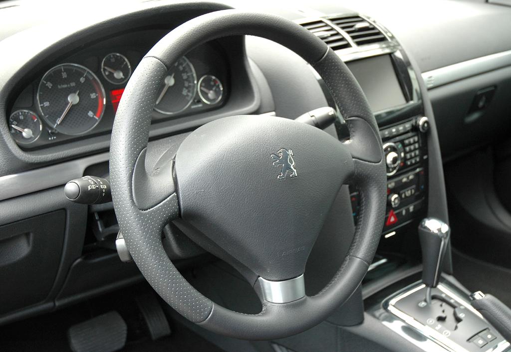 Peugeot 407 Coupé: Blick ins Cockpit.