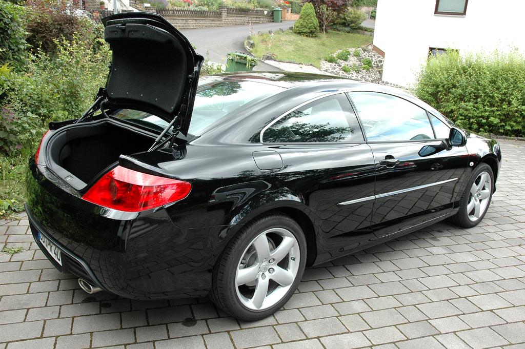 Peugeot 407 Coupé: Ins Gepäckabteil passen mindestens 400 Liter hinein.