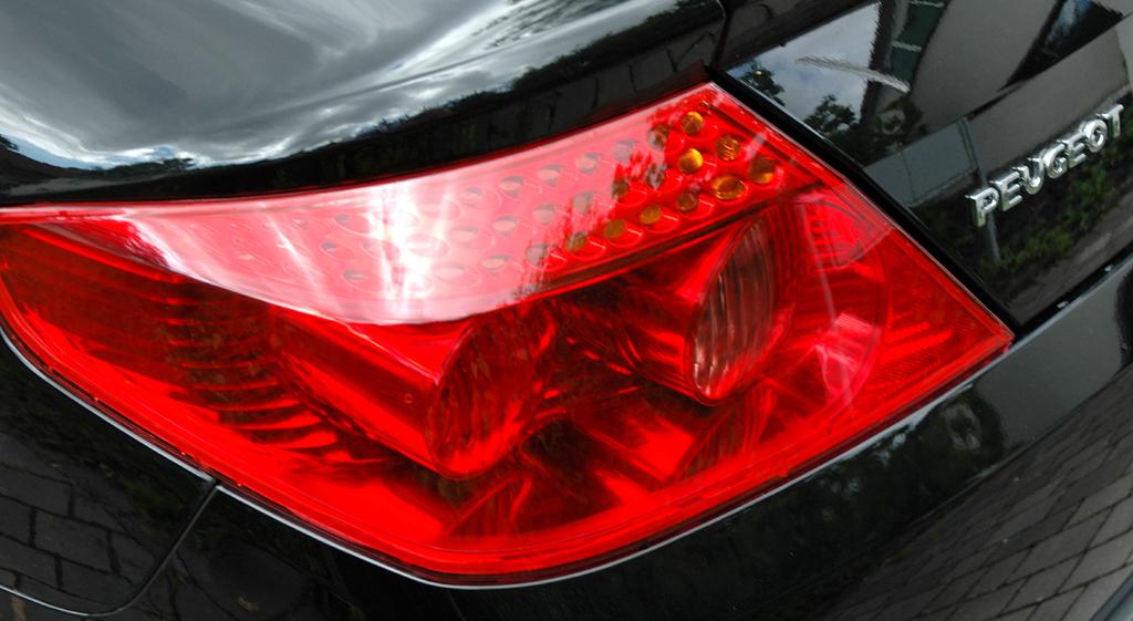 Peugeot 407 Coupé: Moderne Leuchteinheit hinten mit Markenschriftzug.