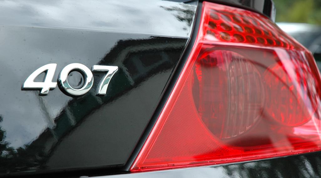 Peugeot 407 Coupé: Moderne Leuchteinheit hinten mit Modellschriftzug.