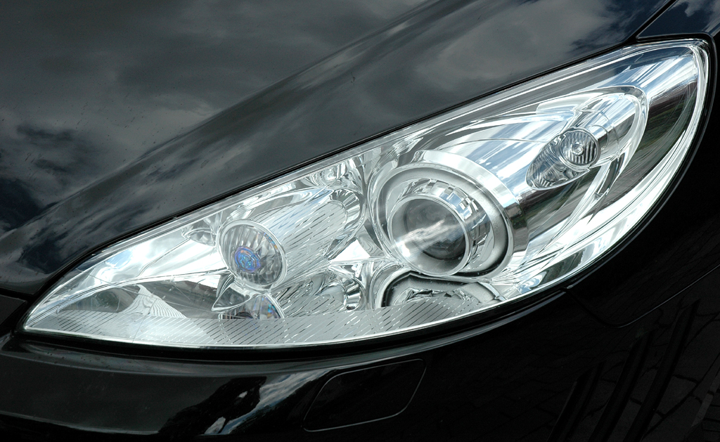 Peugeot 407 Coupé: Moderne Leuchteinheit mit Bi-Xenon-Scheinwerfern vorn.