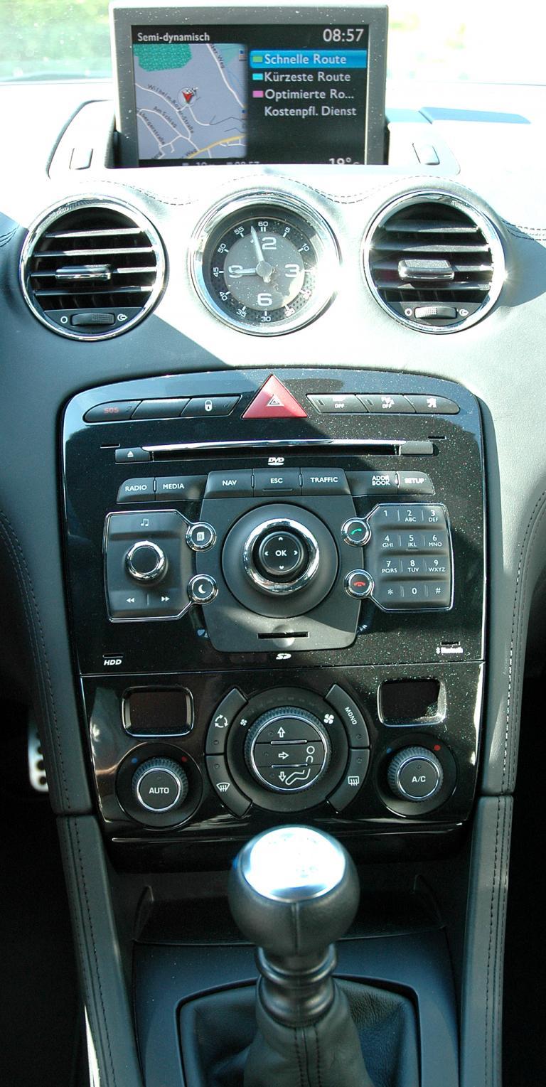 Peugeot RCZ Diesel: Blick auf den mittleren Armaturenträger.