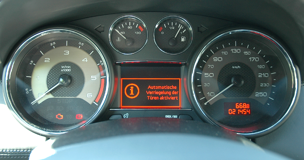 Peugeot RCZ Diesel: Blick durch den Lenkradkranz auf die Rundinstrumentierung.