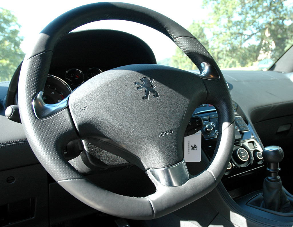 Peugeot RCZ Diesel: Das Sportlederlenkrad ist unten abgeflacht.