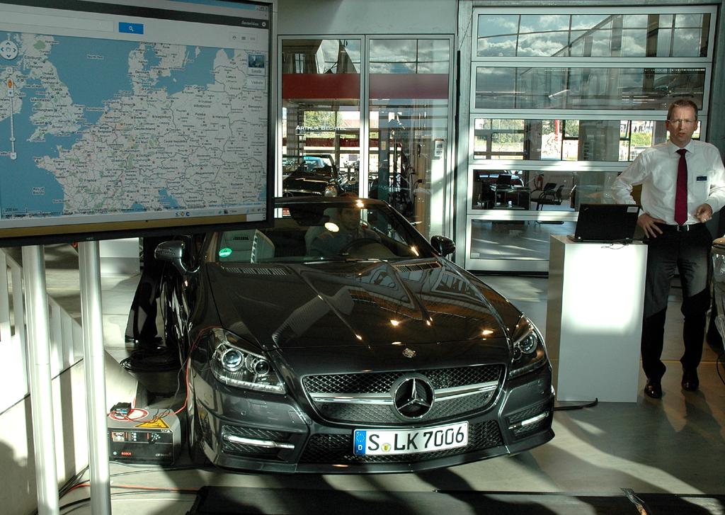 Ralf Lamberti bei einer Präsentation am Mercedes SLK.