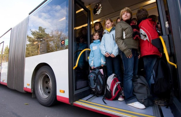 Recht: In Bus und Bahn muss man sich zügig festhalten