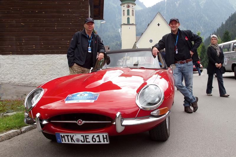 Schauspieler Jürgen Vogel mit Jaguar E-Type bei der Silvretta Classic