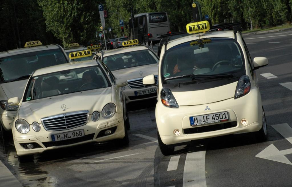 Sich CO2-frei durch München fahren lassen: der Taxi-i-MiEV macht es möglich.