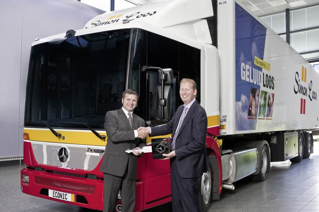 Simon Loos (rechts) nimmt den Schlüssel des Econic NGT aus den Händen von Michael Dietz, Leiter Vertrieb und Marketing von Mercedes-Benz Special Trucks, entgegen.