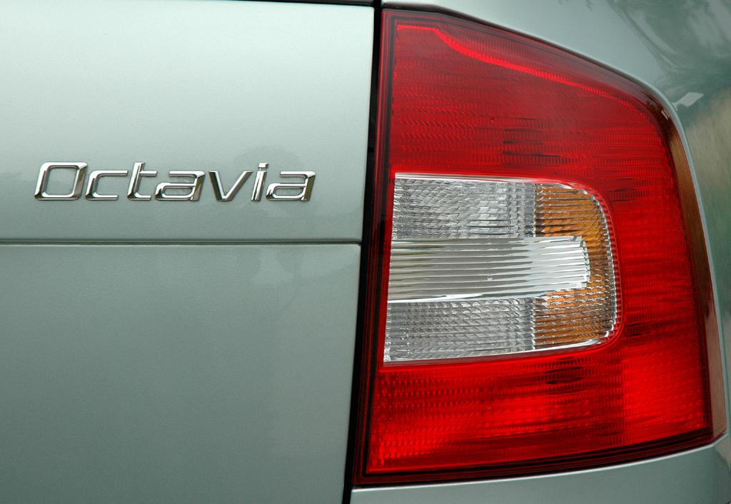 Skoda Octavia LPG: Moderne Leuchteinheit hinten mit Modellschriftzug.