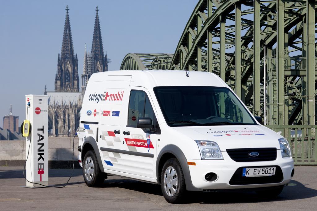 So schön kann Tanken sein - der elektrisch betriebene Transit Connect beim Laden der Batterien mit Blick auf den Kölner Dom.