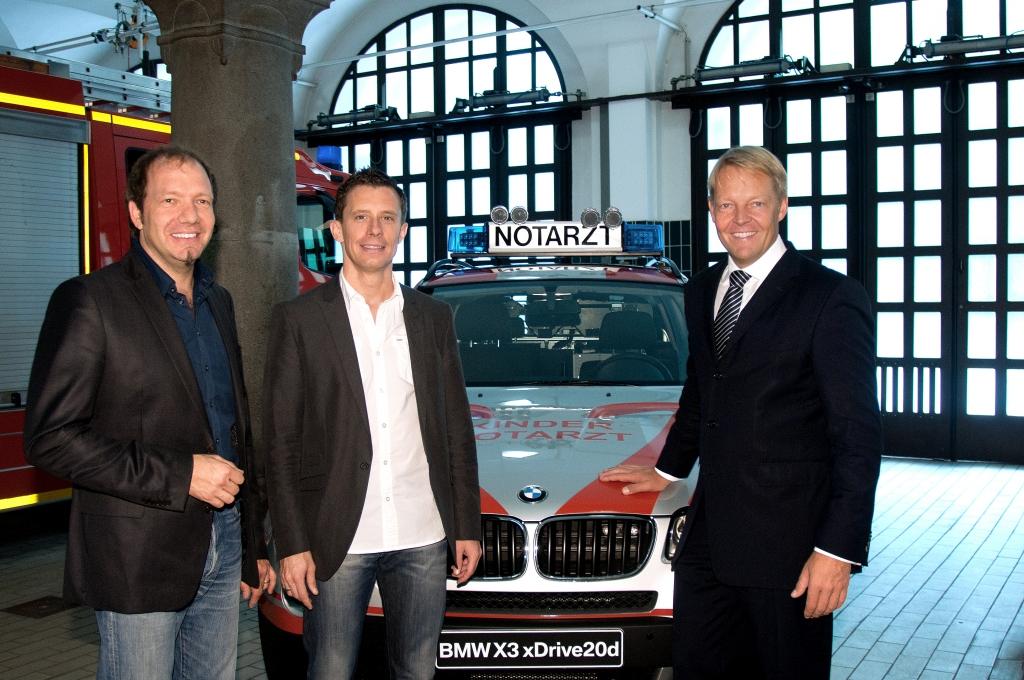 Spende des neuen Einsatzfahrzeuges BMW X3 xDrive 20d an den Münchner Kindernotdienst (von links nach rechts: Dr. Ludwig Schmid und Dr. Florian Hoffmann, Kindernotärzte; Christoph v. Tschirschnitz, BMW GROUP Leiter Vertrieb an Direktabnehmer).