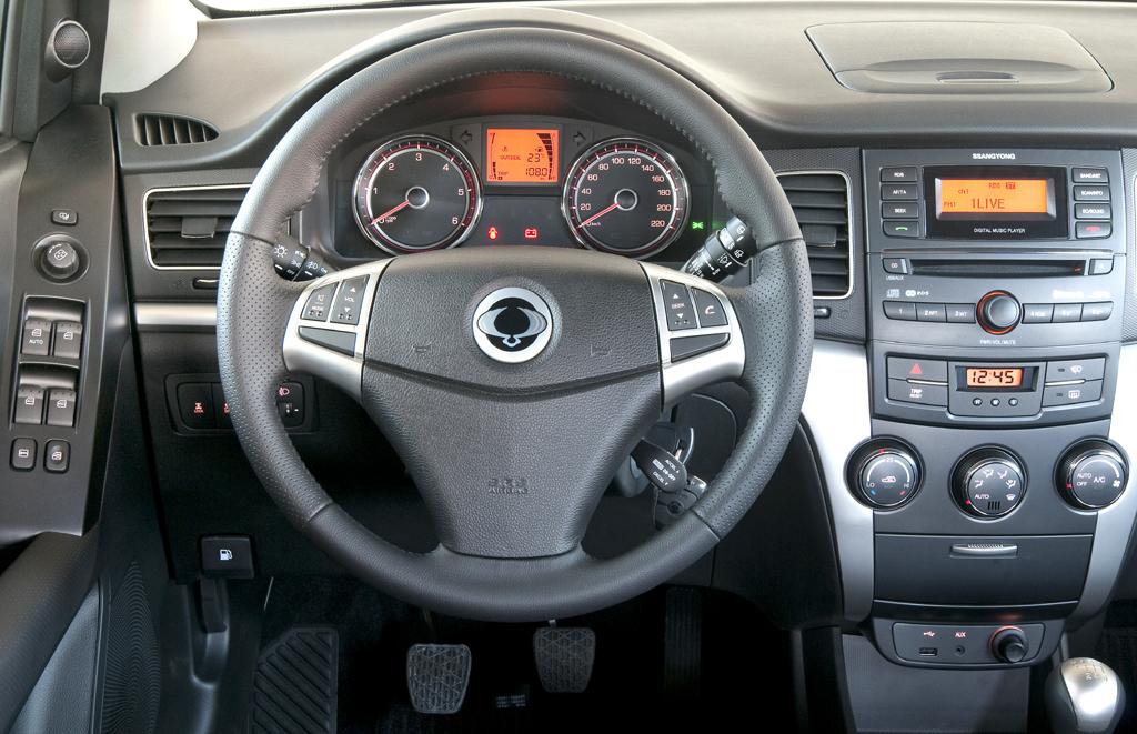 SsangYong Korando: Blick ins recht übersichtlich gestaltete Cockpit.