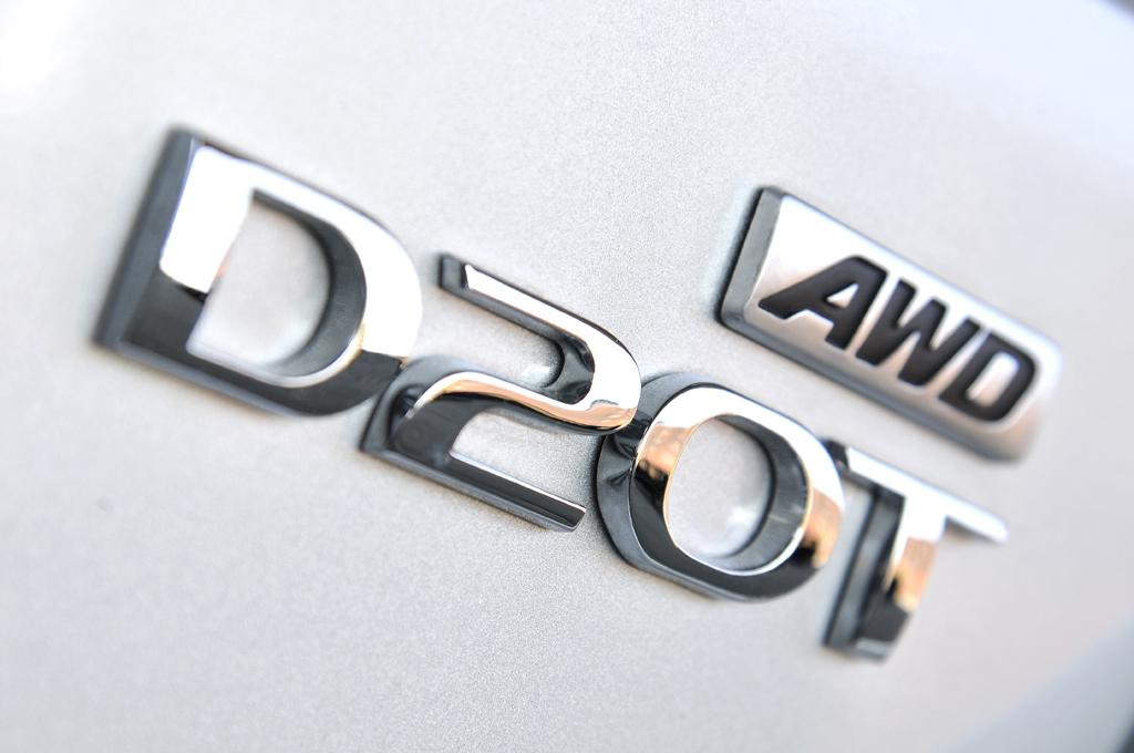 SsangYong Korando: Motorisierungs- und Antriebsschriftzug am Heck.