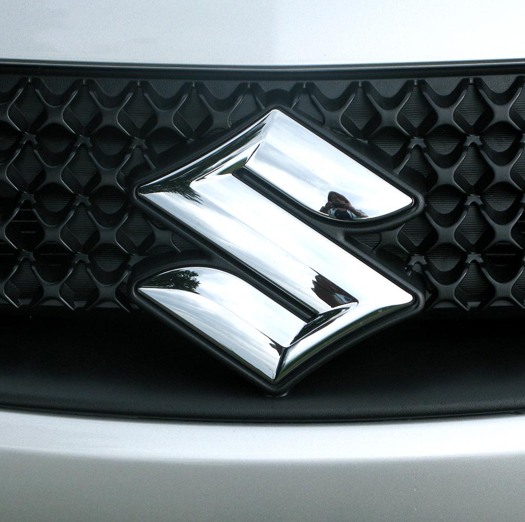 Suzuki SX4: Das Markenlogo sitzt vorn mittig in der kleinen Kühlergrill-Leiste oben.