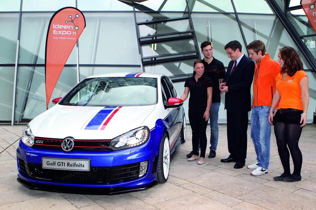 VW-Auszubildende stellten Ministerpräsident David McAllister ihren Golf GTI Reifnitz vor.