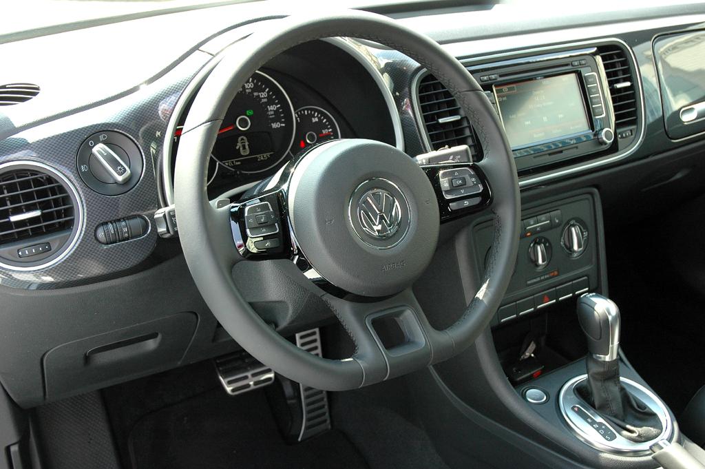 VW Beetle: Blick ins übersichtlich gestaltete Cockpit, in dem die Vase jetzt fehlt.