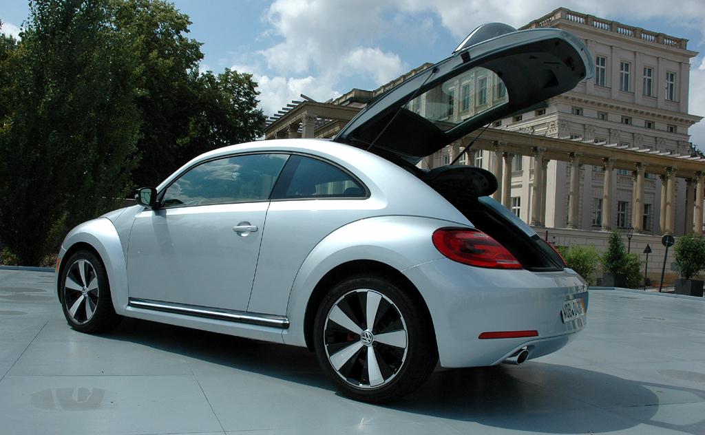 VW Beetle: Unter der großen Heckklappe passen 310 bis 905 Liter ins Gepäckabteil