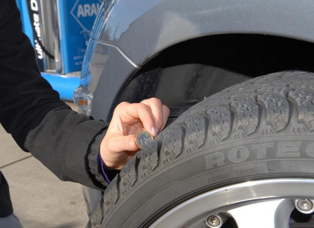 Vor dem Gebrauchtwagenkauf sollten auch die Reifen kontrolliert werden