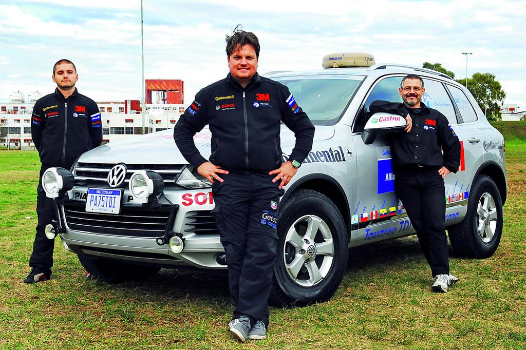 Weltrekordversuch mit Touareg geglückt: Streckenrekord auf der Panamericana geknackt. Das Team der Panamericana: Team-Chef Rainer Zietlow, Juan Carlos Fernandez und Marius Biela.