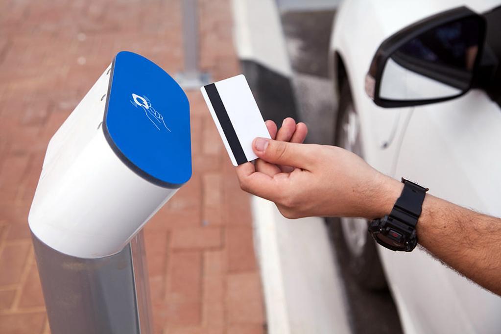 Zur Identifikation und Abrechnung des Stroms muss der Fahrer sich mit einer Chipkarte identifizieren.