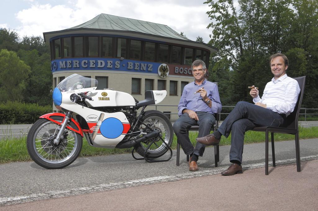 """""""Tabacum""""-Inhaber Siegfried Schäuble (links) und Solitude-Geschäftsführer Tobias Aichele vor dem Start-und-Ziel-Häuschen der Solitude-Rennstrecke."""