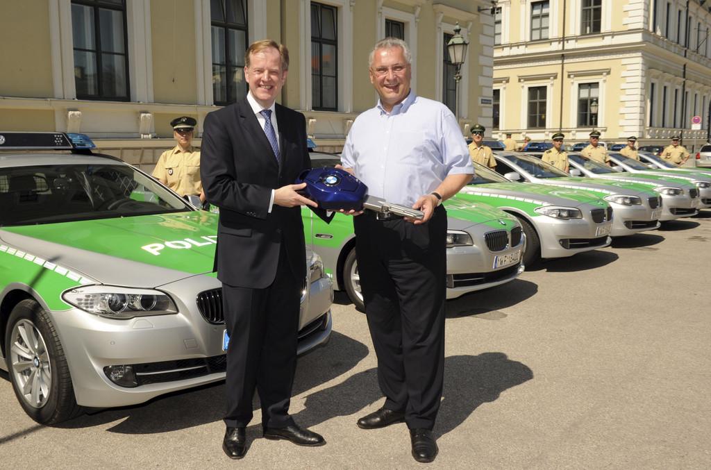 Übergabe von zehn neuen BMW 5er Touring als Streifenwagen für die Bayerische Polizei, Bayerisches Staatsministerium des Innern: Innenminister Joachim Herrmann, Alexander Thorwirth, Leiter Vertrieb an Behörden der BMW Group (v. r. n. l.).