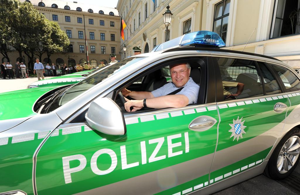 Übergabe von zehn neuen BMW 5er Touring als Streifenwagen für die Bayerische Polizei, Bayerisches Staatsministerium des Innern: Innenminister Joachim Herrmann.