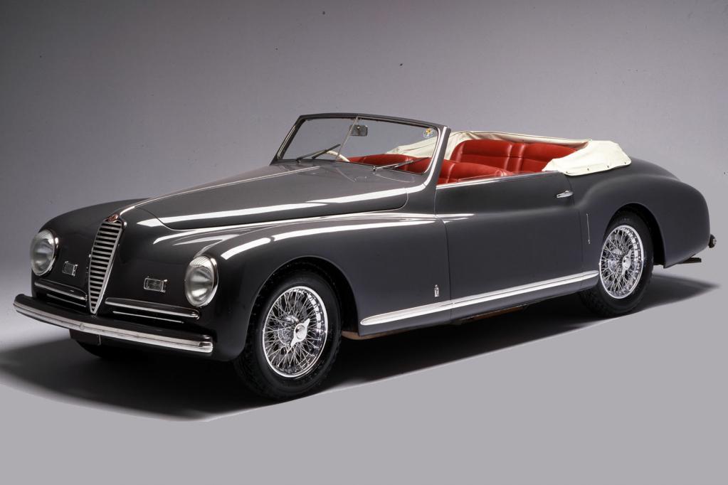Alfa Romeo zeigt Autos aus verschiedenen Epochen.