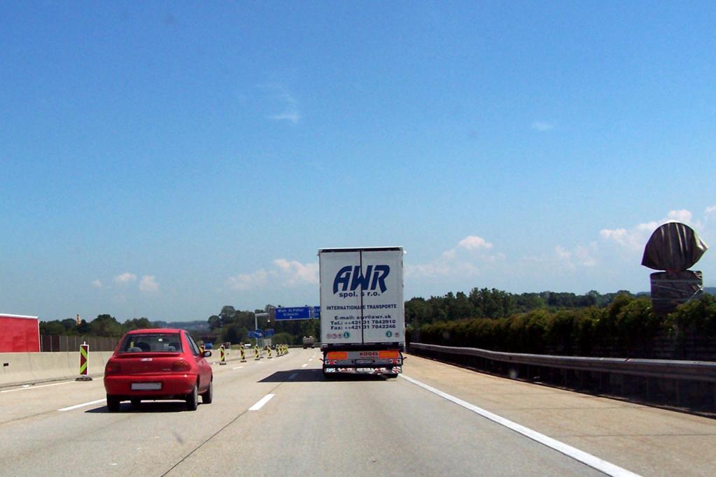 Auf deutschen Autobahnen gibt es kein grundsätzliches Tempolimit. Die Richtgeschwindigkeit liegt jedoch bei 130 km/h.