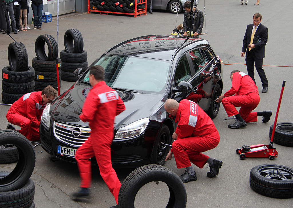 Auto-Teile-Unger hat einen neuen Guinness-Rekord für einen Reifenwechsel aufgestellt.