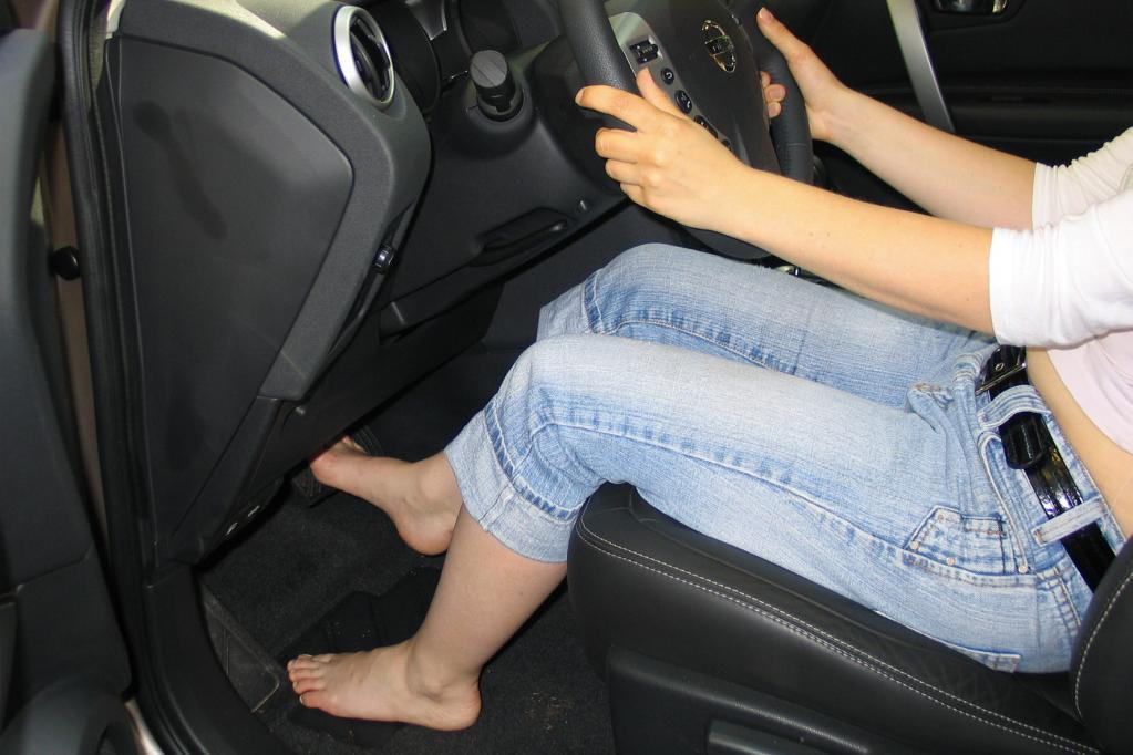 Barfuß sollten Autofahrer nicht ans Steuer. Das erhöht nämlich die Unfallgefahr.