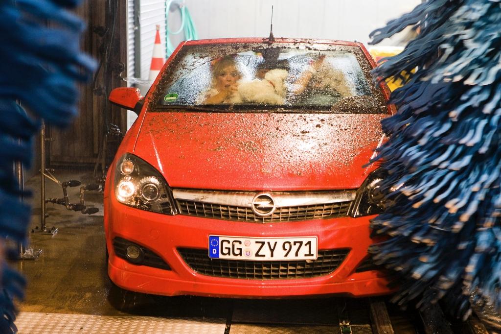 Bei einer Waschanlage, bei der das Auto während der Wäsche steht, ist klar, wer bei einem Schaden haftet.