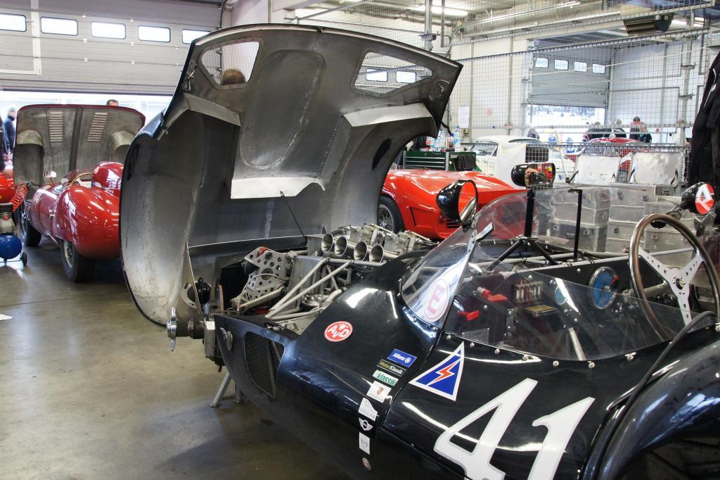 Blick unter die Motorhaube des Maserati Birdcage Tipo 61