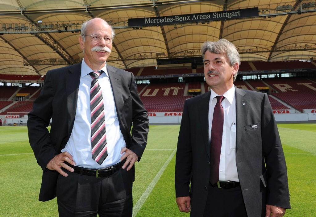 Daimler-Vorstandsvorsitzender Dr. Dieter Zetsche (links) und VfB-Präsident Gerd E. Mäuser bei der Eröffnung der umgebauten Mercedes-Benz-Arena.