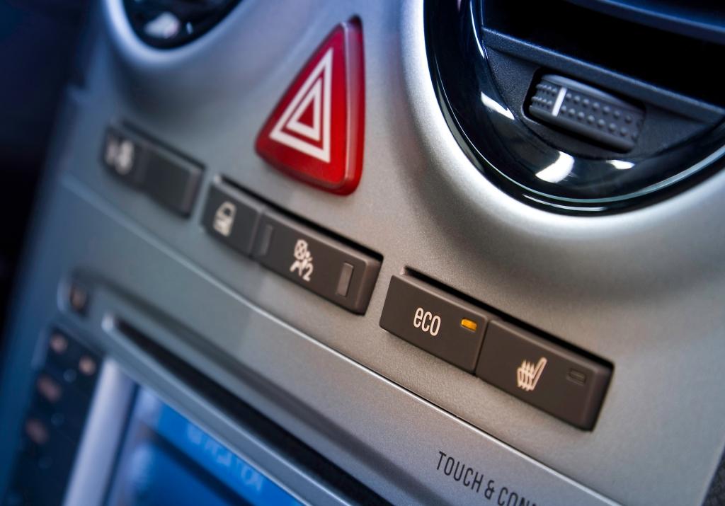 Das Start/Stop-System ist jetzt auch für Benzin-Motoren des Opel Corsa verfügbar. Es lässt sich durch Drücken der Eco-Taste deaktivieren.