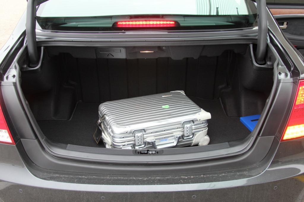 Der Kofferraum fasst haufenweise Aktenordner oder Golfbags